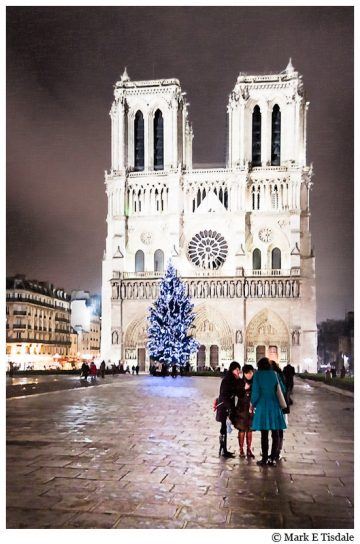 Photo of Paris' famous cathedral, Notre Dame, at night